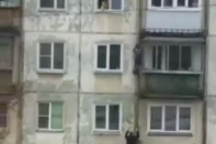 Повисший на стене дома российский мальчик пожалел о своем спасении