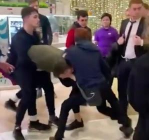 Охранник московского ТЦ избил подростка и оставил его лежать на полу