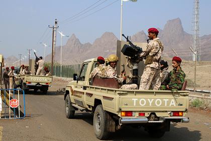Десятки человек погибли в результате нападения на военный лагерь в Йемене
