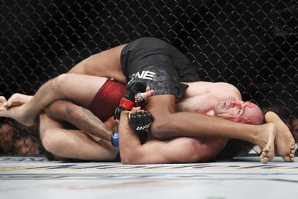 Российский боец Олейник победил американца на UFC 246