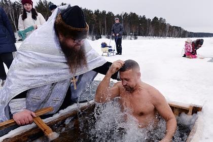 Россиянин окунулся в прорубь на Крещение и сломал шею