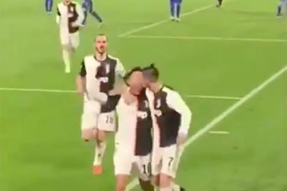 Поцелуй Роналду с одноклубником вызвал споры среди фанатов