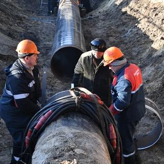 Рабочие ремонтируют участок магистрального нефтепровода «Дружба»