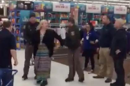 Женщина раскричалась о Христе в магазине и спровоцировала спор о расизме