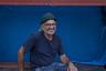 58-летний актер и музыкант Мантос Армпелиас родился в Афинах, а в начале 1970-х переехал на остров Кос с родителями, которые спасались от хунты. Многие в те годы, если не были арестованы или сосланы, сами переезжали из больших городов на маленькие острова — подальше от глаз военной диктатуры.