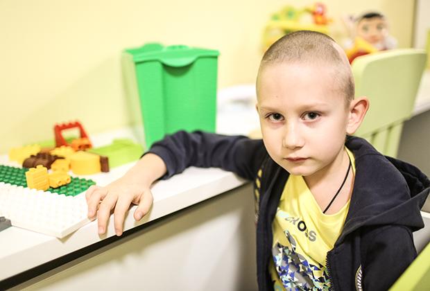 Владик очень хочет быть обычным ребенком, но пока ему приходится постоянно бороться с болью.