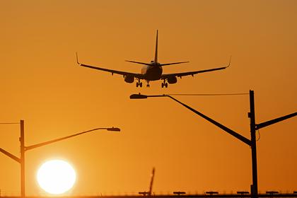 Самолет совершил экстренную посадку из-за оставшегося без штанов бортпроводника