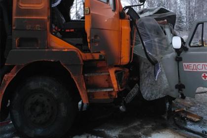 На российской трассе произошла смертельная авария со скорой и грузовиком