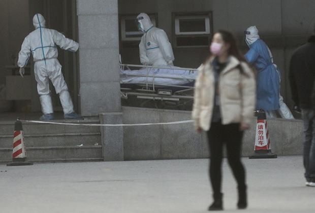 Медики везут заболевшего в больницу в Ухане