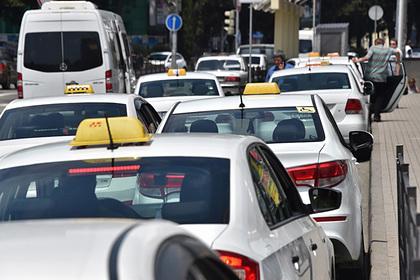 Российский таксист умер во время поездки и влетел в дом