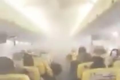 Задымление в салоне пассажирского самолета во время перелета попало на видео