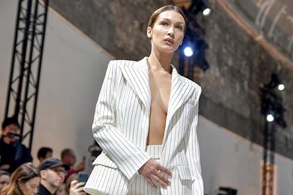 Самая красивая женщина в мире вышла на подиум в пиджаке на голое тело