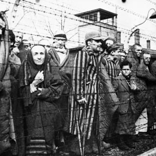 Узники Освенцима перед освобождением лагеря бойцами Советской армии, январь 1945 года