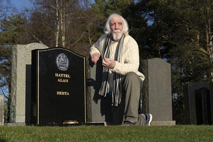 Мужчина случайно нашел на кладбище свою могилу