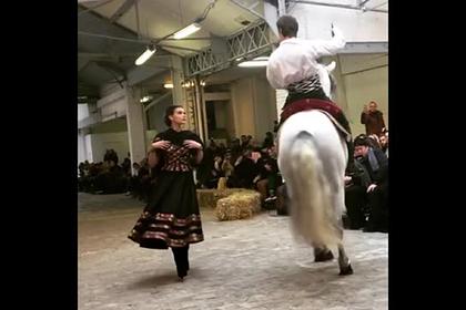 Лошадь выскочила на подиум во время показа