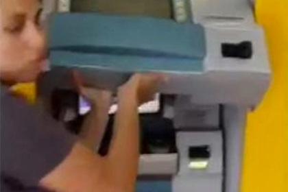 Необычный способ взломать банкомат насторожил владельцев карт