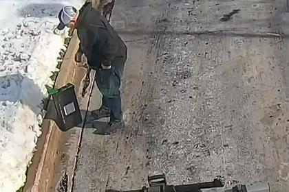 Мужчина нашел на улице коробку с деньгами и вернул ее в банк