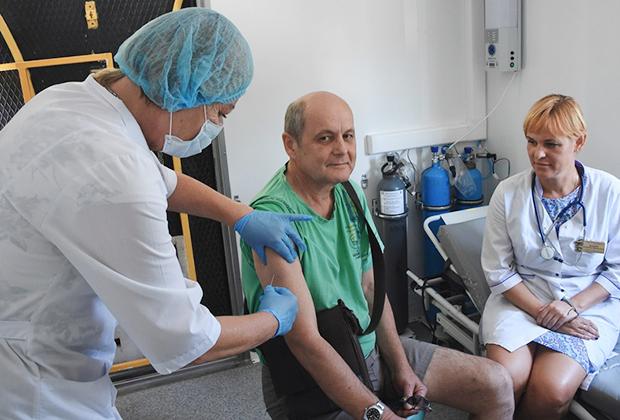 Мобильная лаборатория по иммунизации населения против гриппа в Севастополе.