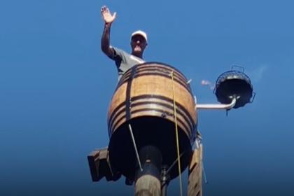Мужчина больше двух месяцев просидел в винной бочке на высоком столбе