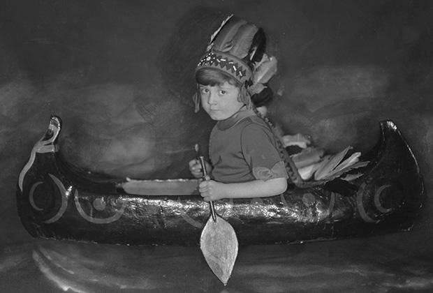 Сын Алана Милна Кристофер Робин в игрушечном каноэ, 1925 год