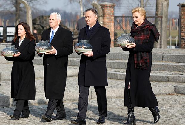 Вице-президент США Майк Пенс и президент Польши Анджей Дуда несут свечи к мемориалу жертв Освенцима, 2019 год