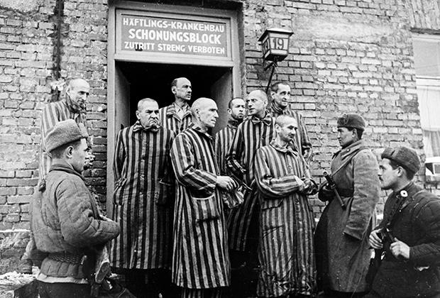 Советские солдаты 1-го Украинского фронта и освобожденные узники Освенцима