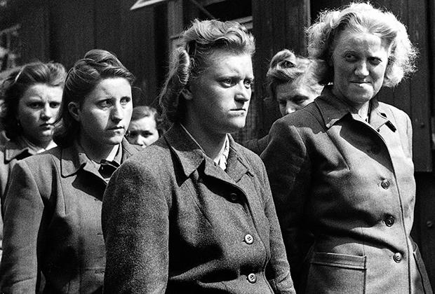 Надзирательницы концлагеря Берген-Бельзен после его освобождения