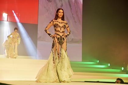 Самая красивая женщина в мире вышла на последний показ Готье в прозрачном платье