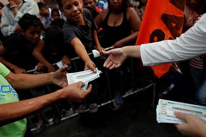 Венесуэла захотела обложить налогом доллар