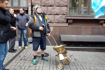 Сторонники Порошенко разбили золотой унитаз