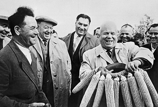 В одном из украинских колхозов Н.С. Хрущеву вручают венок из кукурузы, 1963 год