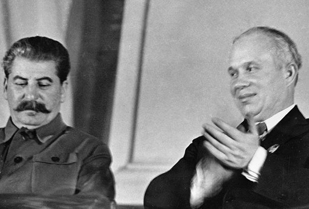 Генеральный секретарь ЦК ВКП (б) Иосиф Сталин и член ЦК Никита Хрущев в президиуме Х съезда комсомола, 1936 год