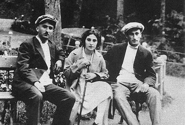 Отец Нами Артемий Геурков и ее будущие приемные родители: сестра отца Нина и ее муж Григорий Арутинов