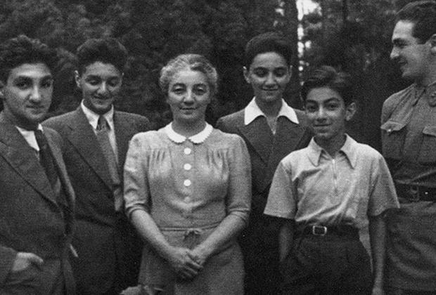Ашхен Микоян с пятью сыновьями: Владимиром, Алексеем, Вано, Серго и Степаном