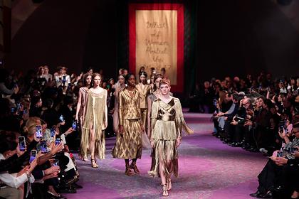 Dior построил подиум в форме женских органов