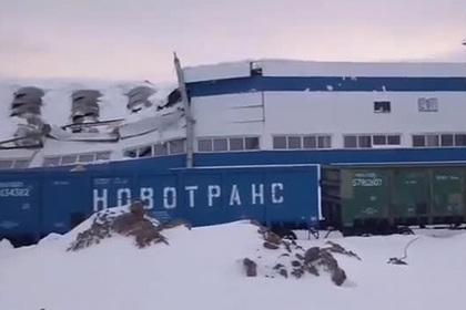 Крыша завода под тяжестью снега рухнула на россиян