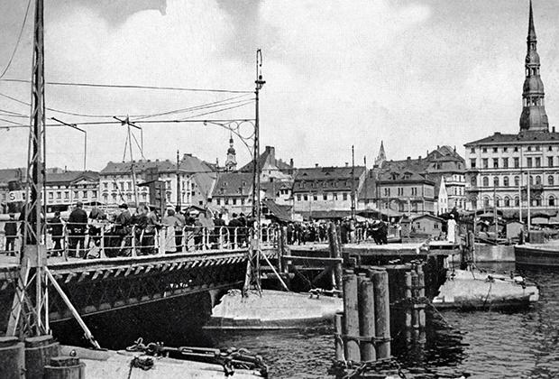 Набережная Даугавы в Риге в начале ХХ века. Репродукция почтовой открытки.