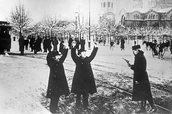 Полицейский с пистолетом останавливает на улице прохожих для обыска. 15.12.1905