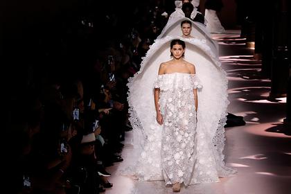 Дизайнера свадебного наряда Меган Маркл подняли на смех за нелепую работу