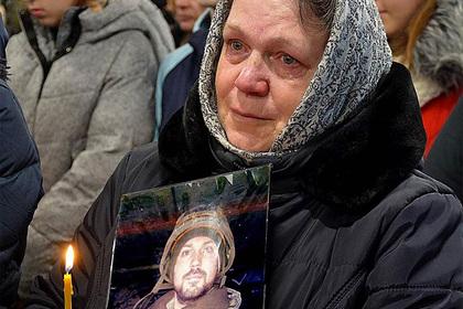 Украинский священник со скандалом выгнал семью погибшего в Донбассе военного