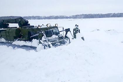 В России начали расчищать дороги военными бульдозерами
