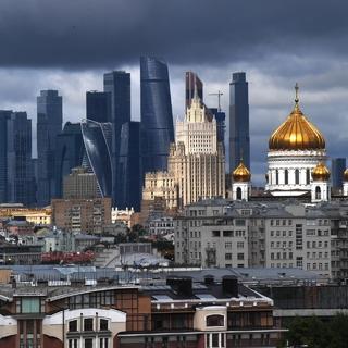Вид на храм Христа Спасителя и «Москва-Сити»