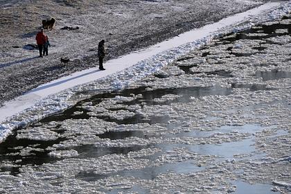 Сотни российских рыбаков откололись и уплыли на льдине