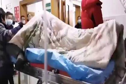Приступ зараженного коронавирусом сняли на видео