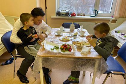 Оставившему двух детей в Шереметьево россиянину пообещали найти работу