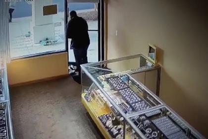 Владелец ювелирного магазина отбился от грабителей банками с соленьями