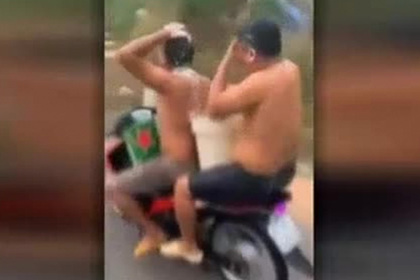 Двое мужчин помылись во время поездки на мотоцикле и получили штраф