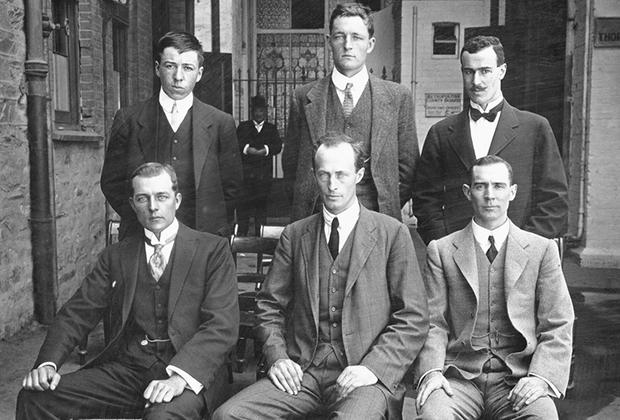 Слева направо: стоят Перси Корелл, Сесил Мадиган, Фрэнк Бикертон; сидят Альфред Ходжс, Дуглас Моусон и Мортон Мойес