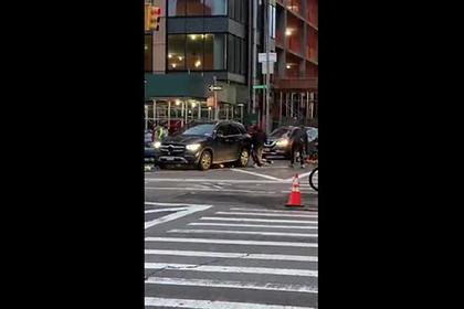 Прохожие подняли автомобиль и спасли попавшую под него женщину