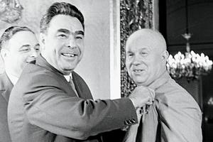 Леонид Брежнев поздравляет Никиту Хрущева с присвоением звания Героя Советского Союза